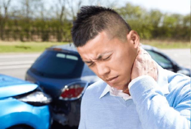 交通事故のむち打ち症で痛がる男性の画像
