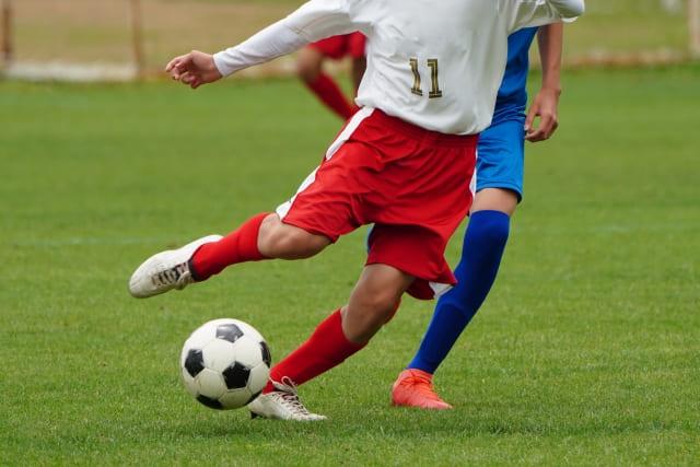 サッカーボールを蹴る時に股関節が痛む写真